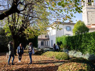 Rosate - giardino interno con studenti