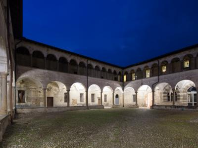 Sant'Agostino, il Chiostro piccolo di sera
