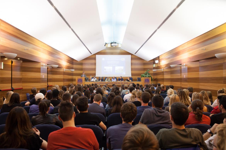 Sala Galeotti in via dei Caniana con gli studenti a lezione