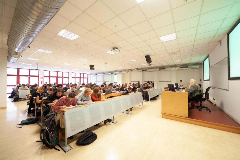 Aula 1 via Moroni con studenti a lezione