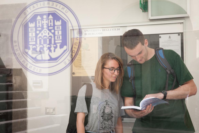 Studenti leggono la guida studenti