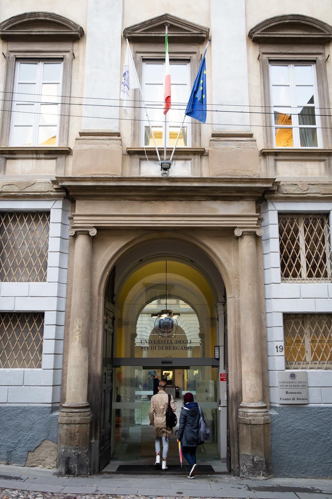 Studenti che entrano della sede di via Salvecchio