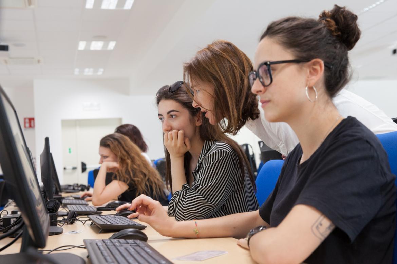 Studenti al computer
