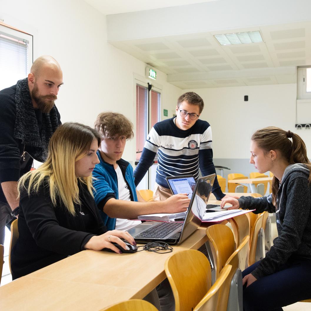 Studenti discutono nella sede di Dalmine