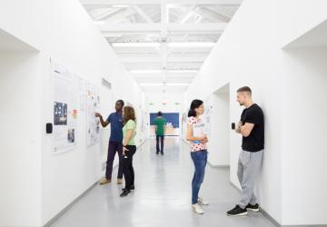 Studenti nei corridoi della sede di Dalmine