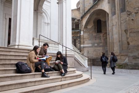 Studenti che studiano sulla scalinata del Duomo